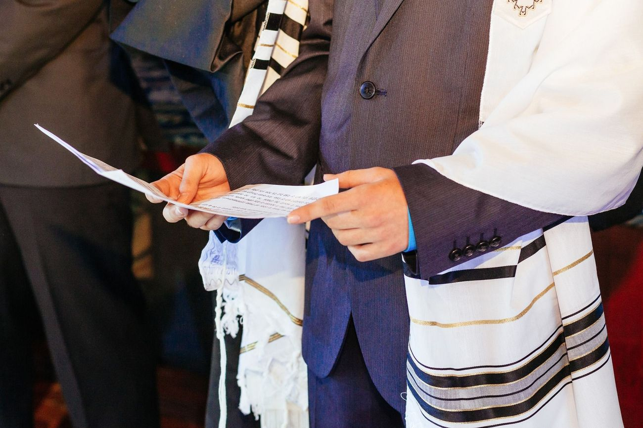 Why You Should Sneak-Read In Shul This Yom Kippur – The Forward