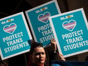 LGBTQ-Aktivisten versammeln sich zur Unterstützung der Transjugend durch den Stürmer