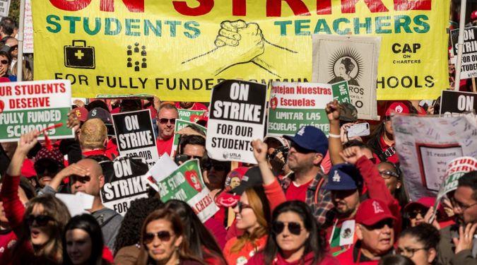 Mitglieder und Unterstützer der Gewerkschaft United Teachers of Los Angeles winken und jubeln in einem Park in der Innenstadt von Los Angeles am Ende eines Streiks am 22. Januar 2019. Im September 2021 wird die Gewerkschaft über eine umstrittene Resolution zur Unterstützung des Boykotts abstimmen. Desinvestitions- und Sanktionsbewegung gegen Israel.  vom Stürmer