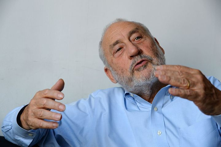 Economist Joseph Stiglitz goes analog to rebut Trump at Davos in real time