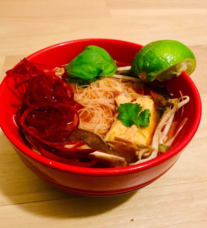 Soupe à la citronnelle et curry rouge au saumon poché by the Forward