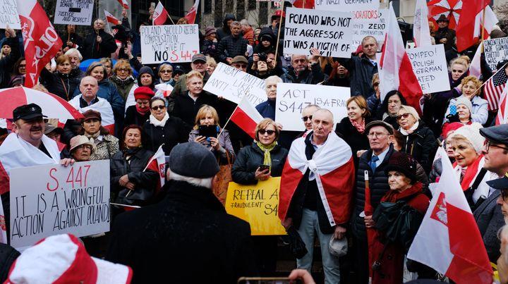 Des manifestants nationalistes polonais contre le droit de l'Holocauste par Forward